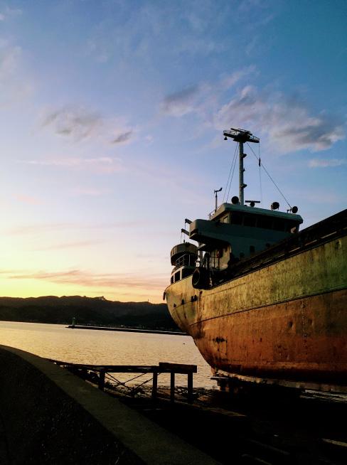 夕日に染まる船の横顔